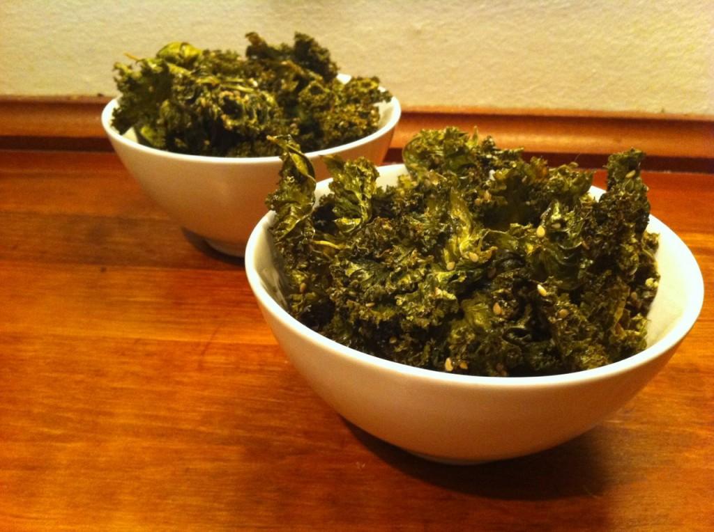 Grønkålchips med sesamfrø